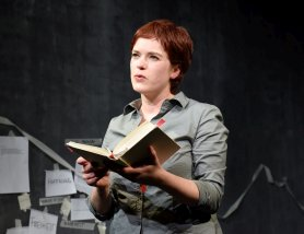 """Theaterhaus G7 """"Eine nicht umerziehbare Frau"""" mit Fiona Metscher, Regie: Inka Neubert, Musik: Johannes Frisch, Ausstattung: Linda Johnke Foto Thomas Troester"""